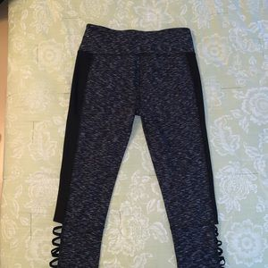 New cropped leggings with cut-outs. Large.